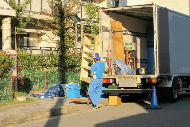沖縄への引っ越し・移住で段ボールを運んでいるイメージ