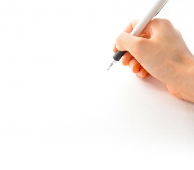 文系の看護学生がレポートを書いている