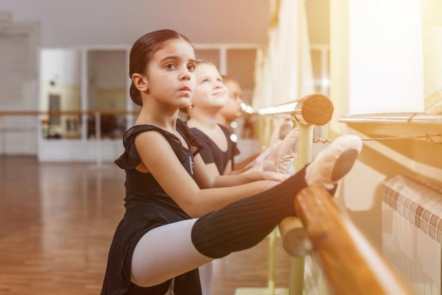 バレエのレッスンを受ける女の子