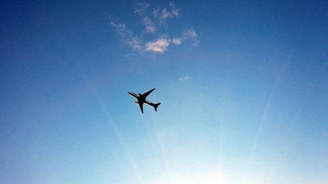 沖縄へ飛行機で引っ越し・移住するイメージ