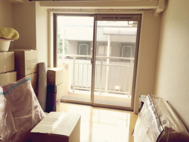 沖縄への移住・引っ越しのために不用品を整理しているイメージ