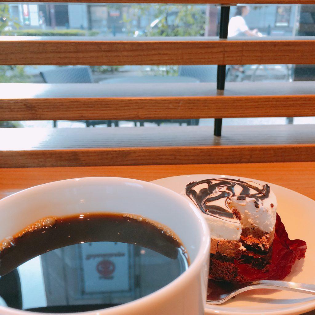 手帳タイムを過ごすカフェのコーヒーとケーキのお菓子